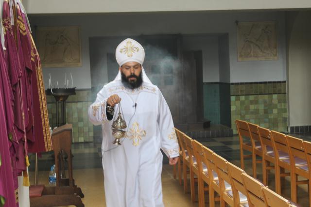 Vader Moussa bewierookt de kerk © JvR