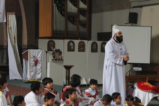 Vader Moussa spreekt de aanwezigen nog even toe © JvR