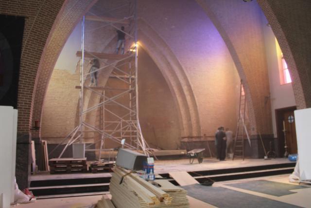 De bepleistering vanhet koor wordt verwijderd © JvR