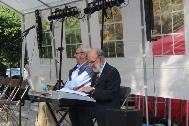 Paul Verhoeven en Luc Beeldens leidden de volkszang