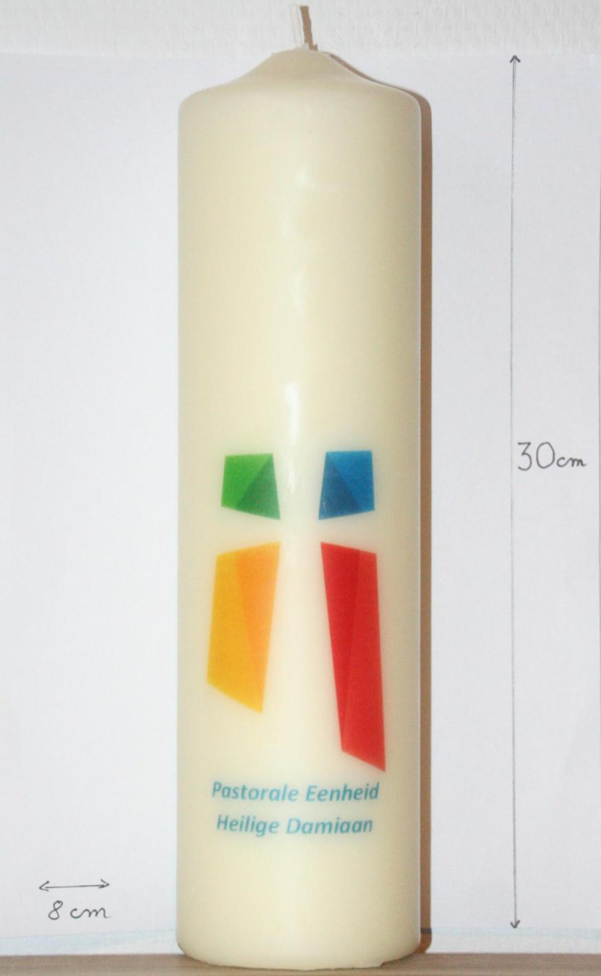 kaarsen met logo PE H. Damiaan gemaakt bij Sente & Van Bael © Luc Beeldens