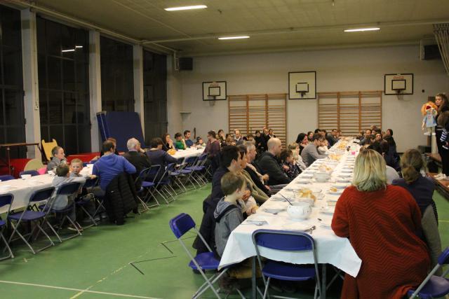 Dat is plezant aan zo'n lange tafel met veel mensen © JvR