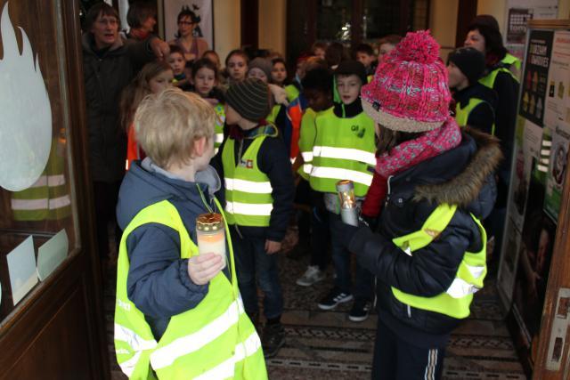De kinderen vetrekken met het vredeslicht naar hun school © Guido Dumon