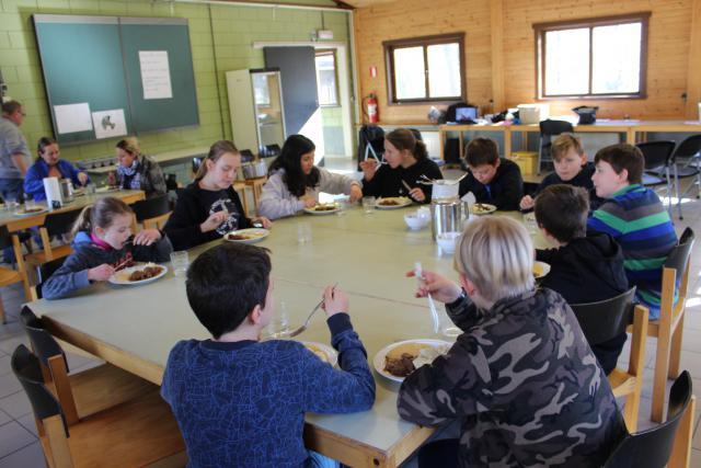 Samen aan een grote tafel, dan smaakt het eten altijd © JvR