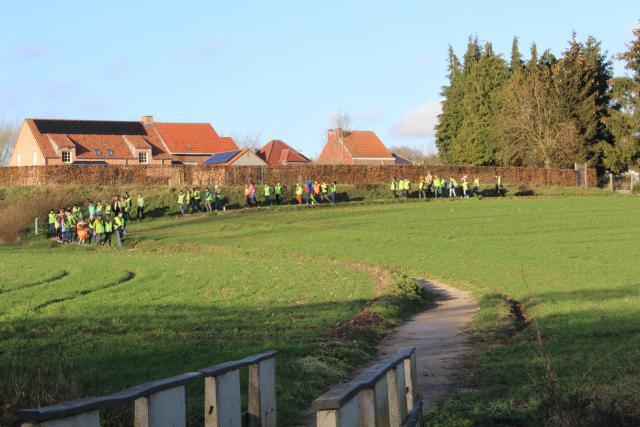 Het 6de lj van GBS doorheen het veld van Butsel op weg naar Roosbeek © Guido Dumon