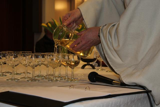 De wijn wordt geschonken © LB