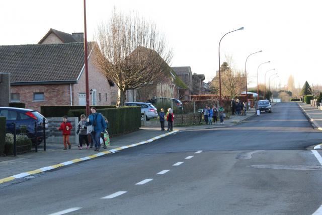 Het 6de lj van de Mozaïek op weg naar hun school, met het vredeslicht © Guido Dumon