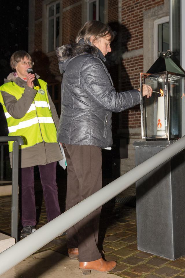 De burgemeester staakt de vredeskaars aan © Christel Nijs