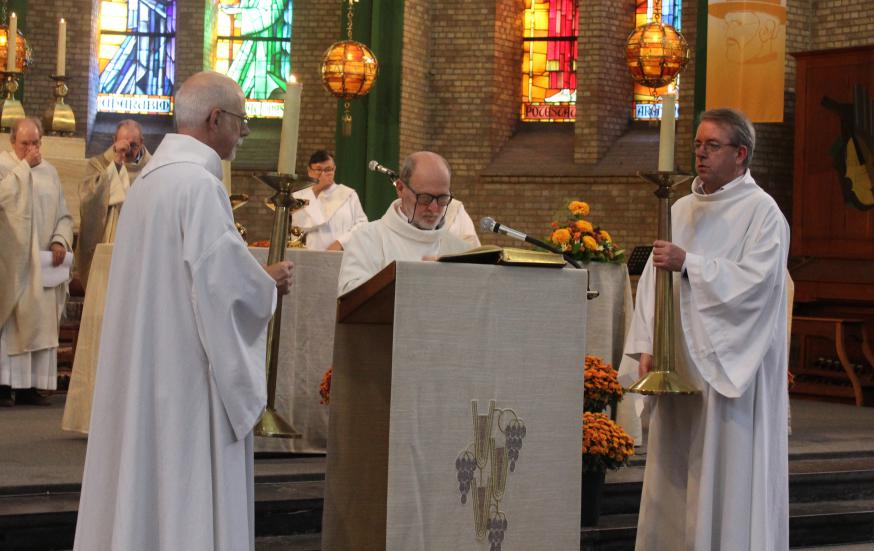Het evangelie wordt gelezen door diaken Jean-Marie Houben - acoliet links Armand Janssens © Jos Van Reusel