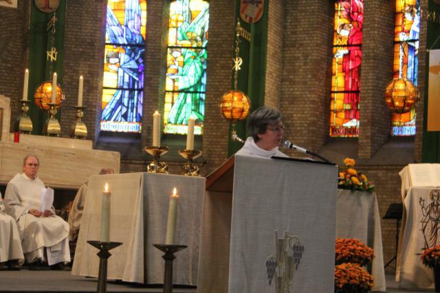 Mia Verbanck leest de bezinningstekst na de communie © Jos Van Reusel