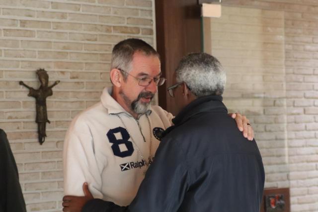 In een vrolijke en informele sfeer vertelde mgr. Dickmans over zijn ervaringen in Rome en in Brazilië.  © Jente Vandewijer