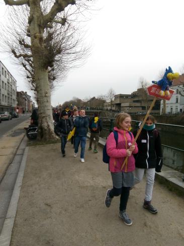 op weg met onze mascotte © kerk Stekene en Sint-Gillis-Waas