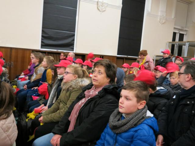 luisteren naar getuigenissen van jonge Christenen © Kerk Stekene en Sint-Gillis-Waas