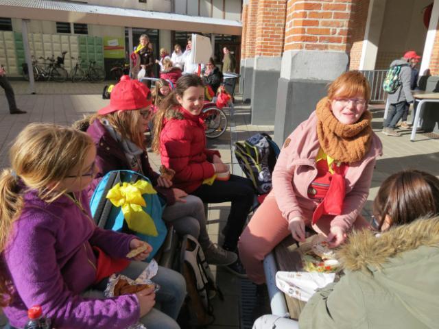 buiten eten in het zonnetje © Kerk Stekene en Sint-Gillis-Waas