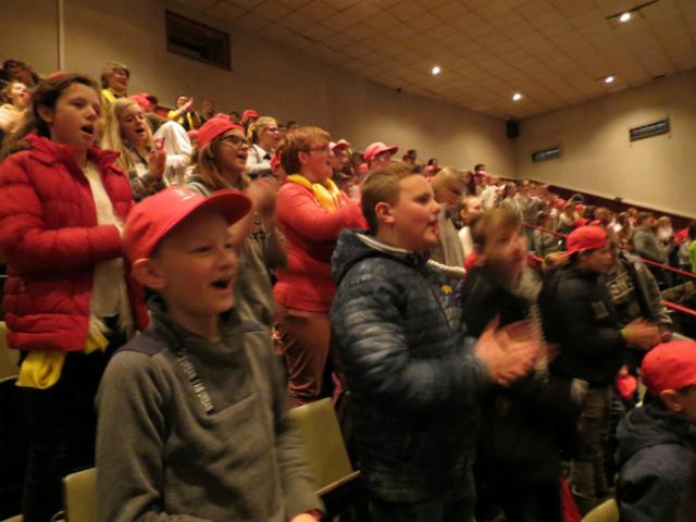 Vormelingen zingen enthousiast mee © Kerk Stekene en Sint-Gillis-Waas