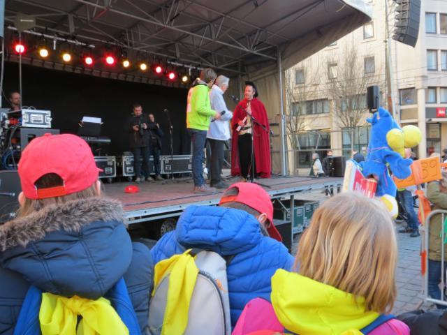 Onze Bisschop Luc Van Looy begroet Ridder Alowin © Kerk Stekene en Sint-Gillis-Waas