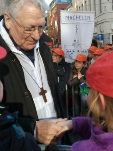Onze bisschop geeft steun aan onze jonge vormelingen © Kerk Stekene en Sint-Gillis-Waas