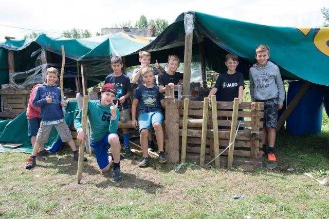 De rakkers voor hun versterkt kamp