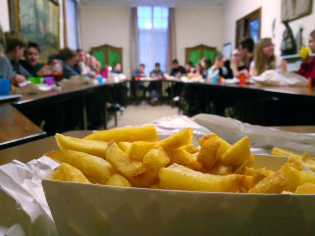 De Jokri avond begon gezellig met een grote groep enthousiaste eters rond de tafel. © BVR
