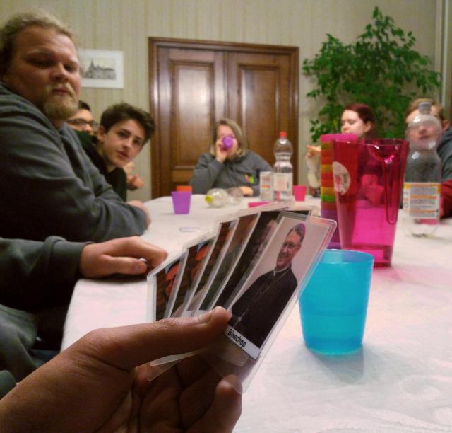 Na de zware gesprekken ging het er wat luchtiger aan toe met een kerkelijk getint kaartspelletje. © BVR