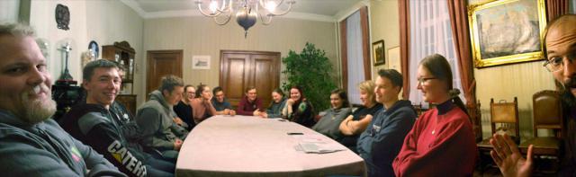 Met z'n allen rond te tafel om te discussiëren wat Jezus' woestijnervaring voor ons betekent. © BVR