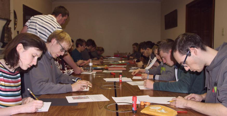 De tafel lag vol met papiersnippers die we in portretten van heiligen probeerden om te toveren © SV