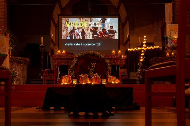 Bloemen en kaarsen voor het altaar (c)Jan J. Holvoet