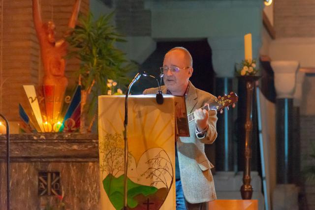 Pater Andreas begeleidt de zang met zijn gitaar(c)Jan j. Holvoet