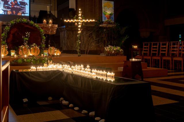 Kaarsjes werden door de aanwezigen geplaatst op een kruis (c) Jan J. Holvoet