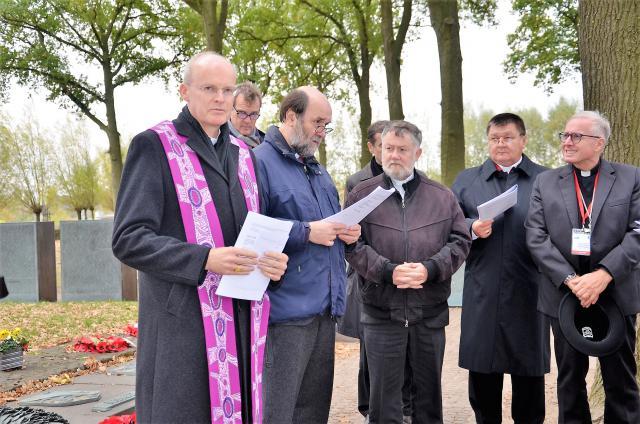 Mgr. Kockerols en COMECE-bisschoppen op de Duitse militaire begraafplaats in Langemark © Hellen Mardaga