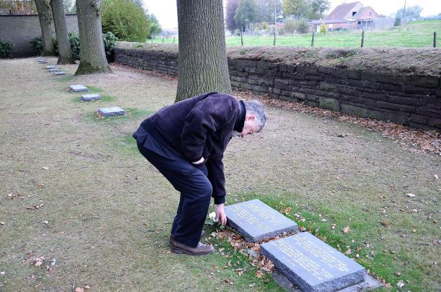 Mgr. Kockerols legt een witte roos neer bij het graf van een Duitse soldaat in Langemark © Hellen Mardaga