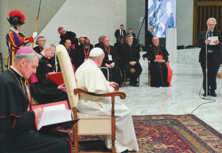 Jean-Luc Moens spreekt paus Franciscus en onder meer kardinaal Kevin Farrell toe © Charis