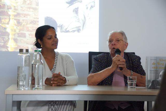 Zuster Jeanne Devos en Julie Hendrickx op het Festival van de Hoop. © Francis Loyens