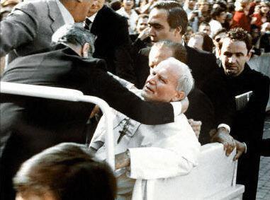 Johannes Paulus II, neergeschoten door Mehmet Ali Ağca in 1981. © WikiCommons