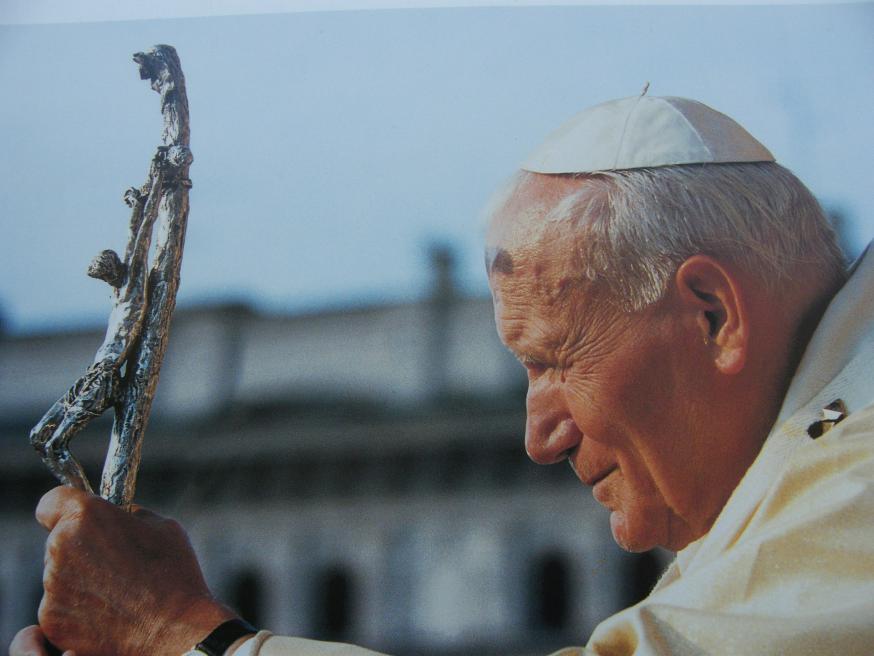 Joannes Paulus II zoals velen hem zullen herinneren. Op zijn ouderdom kon hij nog altijd pretoogjes hebben, vooral wanneer hij onder jongeren was. © WikiCommons