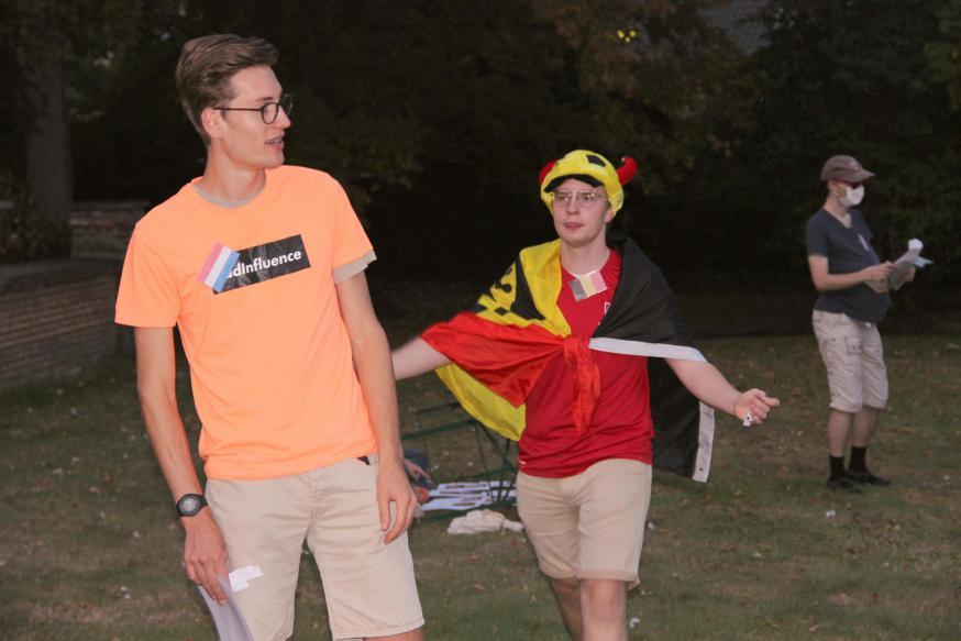 Een Nederlander, een Belg en een Amerikaan staan in de tuin van een dekenij...