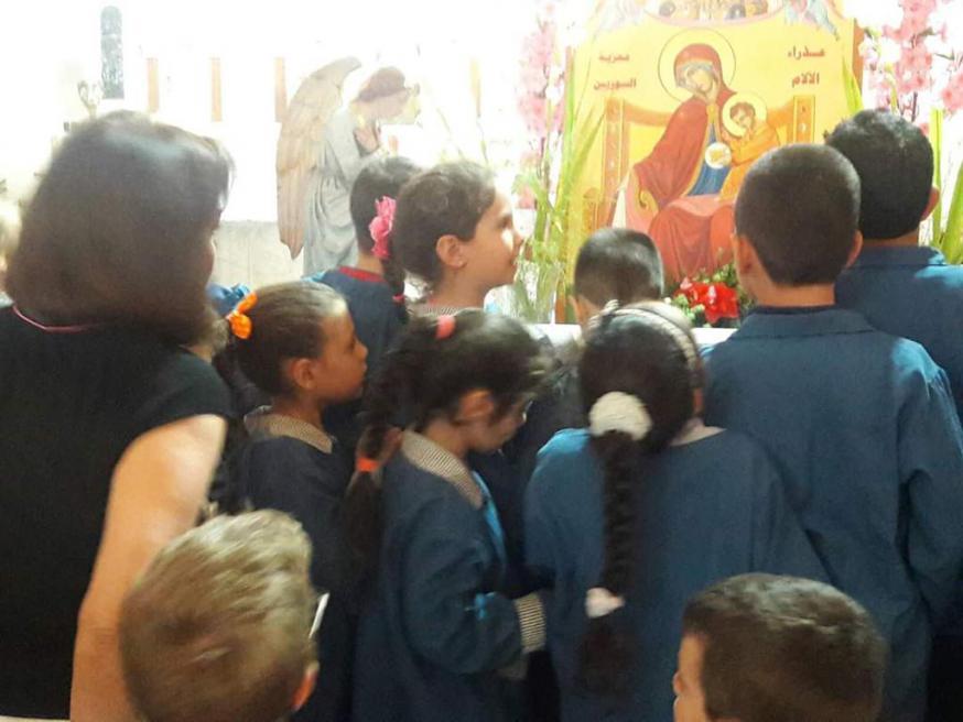 Jongeren vereren de icoon van 'Onze-Lieve-Vrouw van Smarten - Troosteres van het Syrische volk' in het Armeens-katholieke bisdom van Damascus © Kerk in Nood