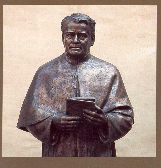 Standbeeld Pater Jordan in zijn karakteristieke houding tijdens toespraken