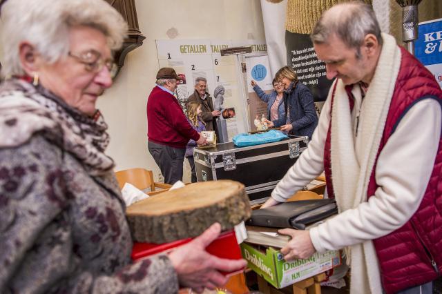 Vrijwilligers ruimen de kersttentoonstelling in de Boskapel in Wolvertem op © Frank Bahnmüller