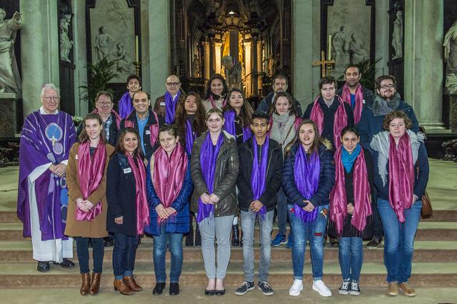 catechumenen en vormselkandidaten in de paaswake 2017 © Bisdom Gent, foto: Frank Bahnmüller