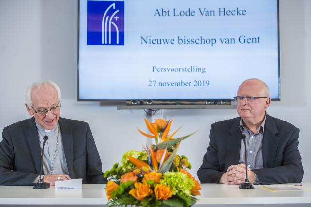 Aartsbisschop Jozef De Kesel stelt de nieuwe bisschop van Gent, Lode Van Hecke, voor aan de pers © Bisdom Gent, foto: Frank Bahnmüller