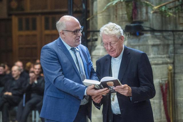 Uitgever Toon Osaer overhandigt eerste exemplaar © Bisdom Gent, foto: Frank Bahnmuller