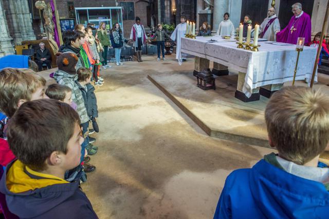 Kring bij het bidden van het Onzevader © Bisdom Gent, foto: Frank Bahnmüller