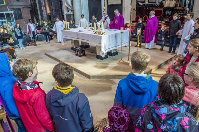 Bij het bidden van het Onzevader © Bisdom Gent, foto: Frank Bahnmüller