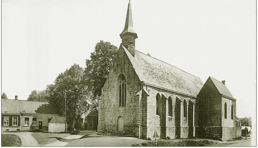 De Kapel die in 1570 gebouwd werd door Joos de Joigny, baron van Pamele. Rechts bemerkt men het kapelletje van 1455 dat een zijbeuk werd.