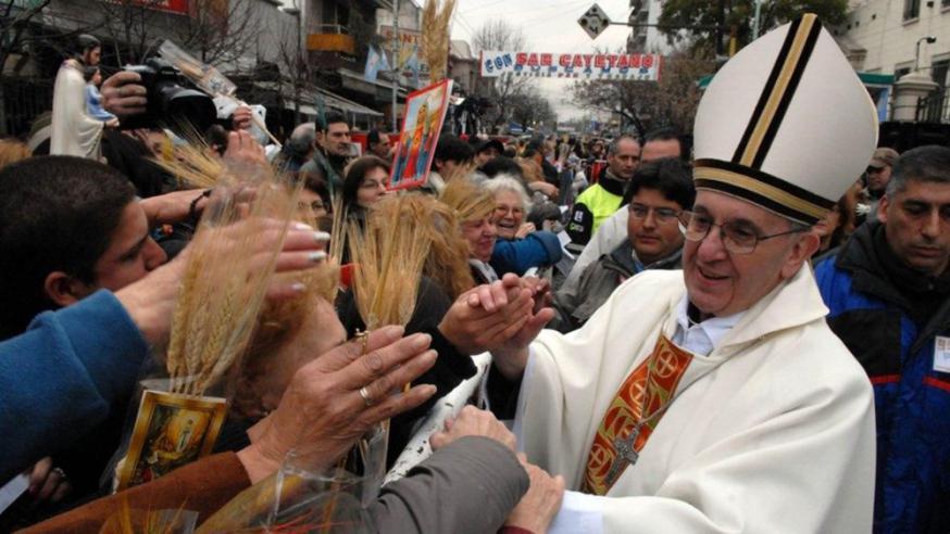 Kardkinaal Bergoglio gooit zich in Buenes Aires in de menigte om gelovigen personlijk te groeten © VaticanMedia