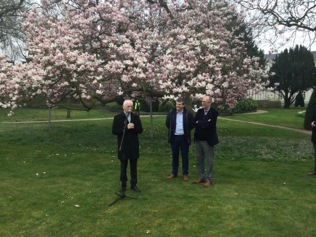 Kardinaal De Kesel verwelkomt onder de bloeiende magnolia het talrijk opgekomen publiek  © communicatiedienst aartsbisdom Mechelen-Brussel