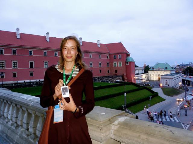 Met enige trots poseert Kasia in de Poolse hoofdstad, Warschau © IJD