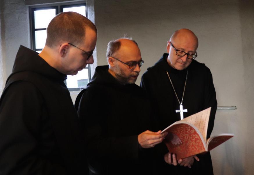 Abt-primaat Gregory Polan (achteraan) met prior Dirk Hanssens en medebroeder Thomas Quartier © Abdij Keizersberg