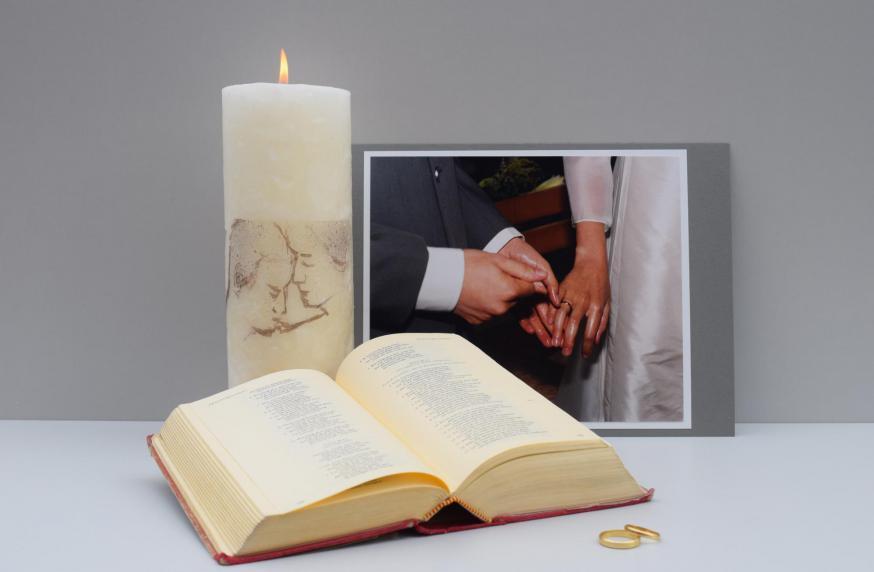 Kijktafel met huwelijkssymbolen © Sylvie De Ruyck